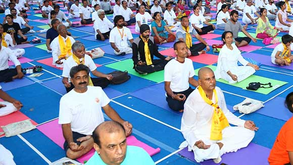 Mayor clase de yoga: 54.522 participantes rompen récord en la India