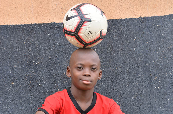 Eche Chinoso balancing football on head